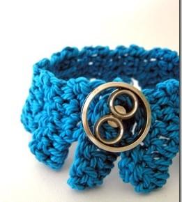 Un nuovo braccialettino turchese a crochet
