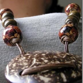 Lavori in corso: gioielli all'uncinetto, cuoio e perle di legno