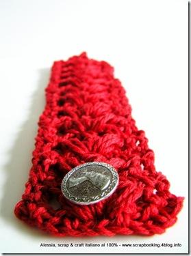anemoni rossi sul braccialetto a crochet