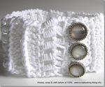 Un collarino bianco, crochet creativo e bottoni gioiello