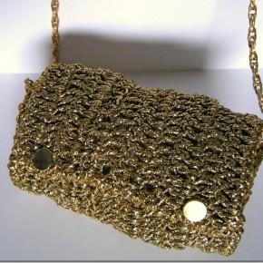 Una borsetta all'uncinetto, tutta d'oro, per ferragosto!