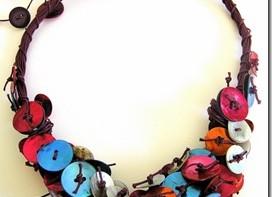 Tantissimo colore, fili e madreperla per una collana