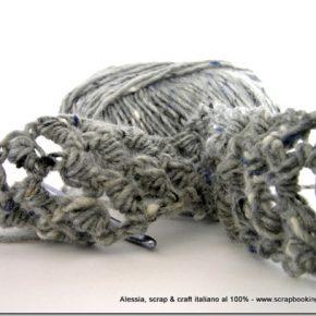 Lavori in corso: pura lana grigia, crochet e punti particolari