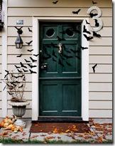 il volo dei pipistrelli (di cartoncino o feltro o gomma crepla) sulla porta di Country Living