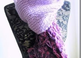 Una grande sciarpa ai ferri, sui toni del lilla