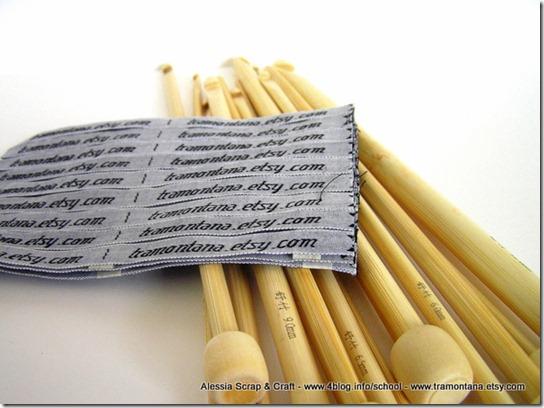 uncinetti lunghi in bamboo ed etichette di stoffa