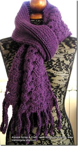 Una grande sciarpa viola fatta con uncinetto + maglia