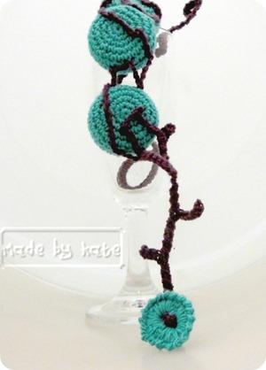 Uncinetto, tappi di bottiglia e bottone (a crochet)