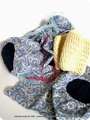 tre sacchetti portagomitoli in stoffa per non far ingarbugliare i gomitoli (da uno spunta il lavoro che sto facendo con la Lana d'Abruzzo)