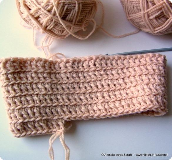 """Al lavoro con lana e uncinetto per un """"Primitive Cape"""""""