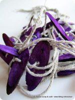 Una I-cord con corda e chips di legno viola