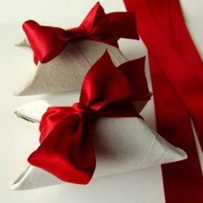 Cartone e nastri rossi per pacchettini molto chic