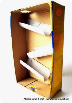 La pista per le biglie, fatta di cartone riciclato