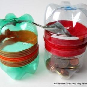 Salvadanaio con la cerniera riciclando le bottiglie