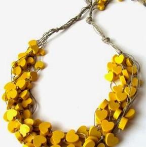 Legno, lino, colore giallo e cuori per la collana Yellow Hearts