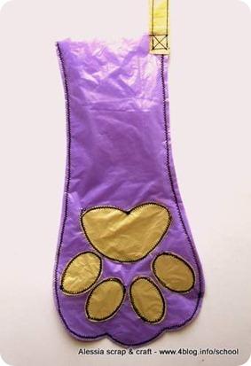 Facciamo la calza a forma di zampa con la plastica riciclata