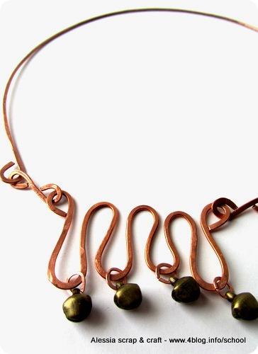 Collana rigida in rame martellato e campanellini in ottone