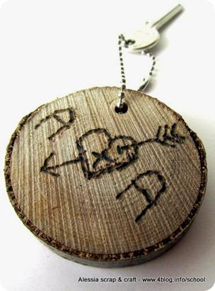 Un altro portachiavi fai da te con disco di legno