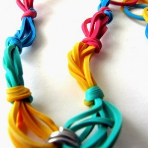 Lavoretti d'estate: braccialetto dell'amicizia con gli elastici