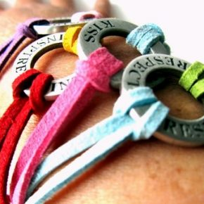 Rispetto, baci, protezione e ispirazione nei braccialetti estivi