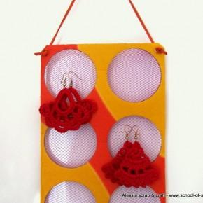 Porta orecchini fai da te con cartone riciclato e retina dell'aglio