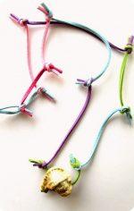 Ritagli colorati e una conchiglia per la collana estiva