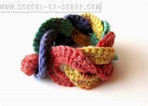 Scuola di uncinetto: dai cerchi ad incastro nasce un braccialetto