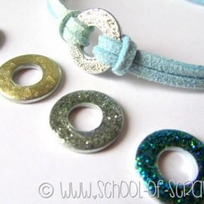 Braccialetti estivi fai da te con rondelle da ferramenta e smalto glitter