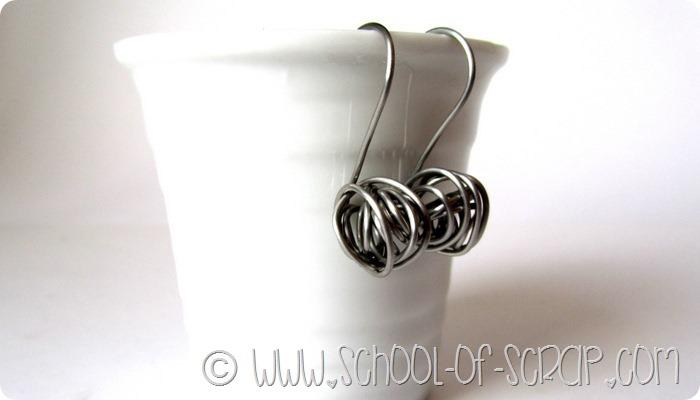 Bijoux fai da te: gli orecchini di acciaio con il groviglio di filo