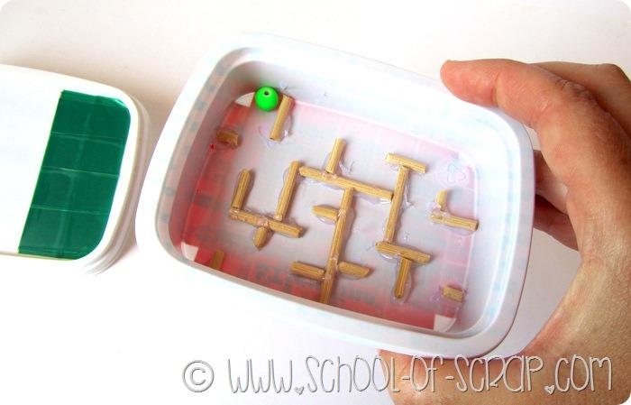 Giochi da viaggio il labirinto fatto con materiale di for Opzioni di materiale di raccordo