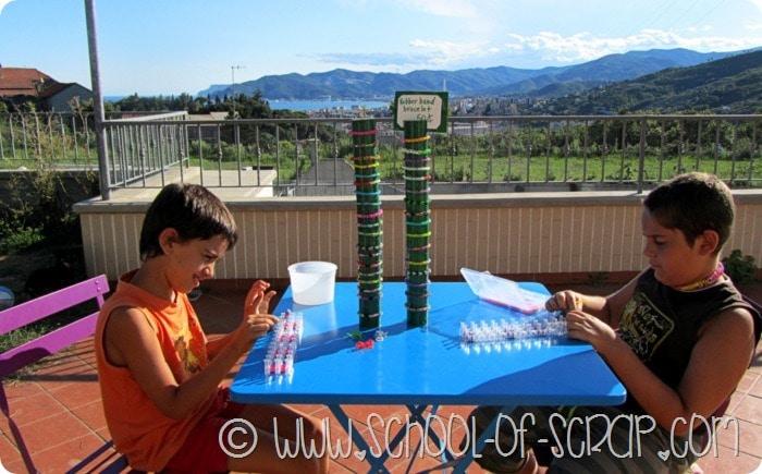 Giochi d'estate: l'espositore per braccialetti band loom per la bancarella dei bambini