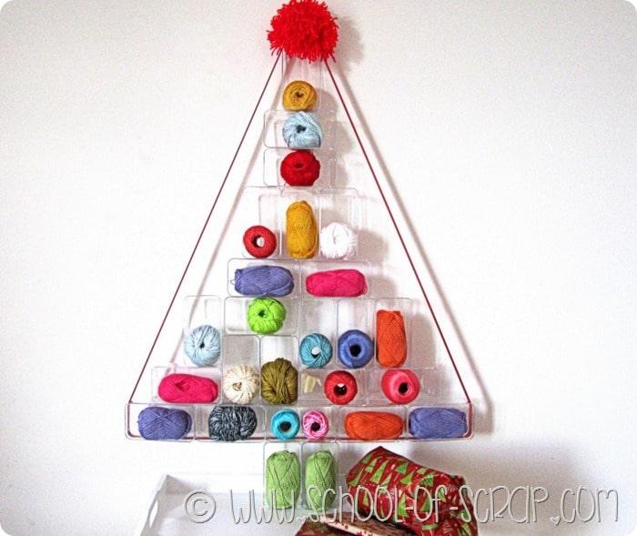 Idee per Natale: albero di Natale fatto con scatole trasparenti e gomitoli