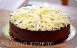 La torta 100% cioccolato si fa senza forno, farina, burro, uova e zucchero