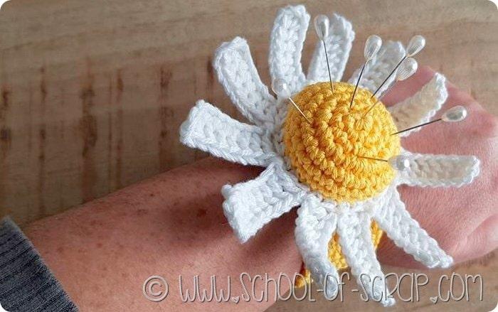 Scuola di uncinetto: puntaspilli margherita a crochet