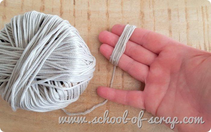 riciclare rimasugli di filati per maglia e uncinetto spillette bijou con mini-gomitoli matassina_